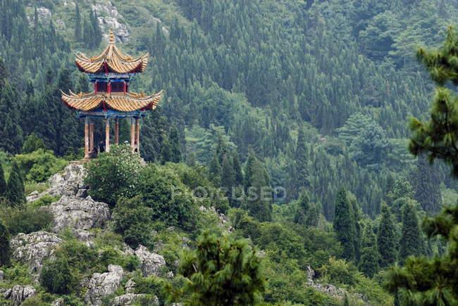 Пагода на схилі пагорба за межами Куньмін — стокове фото