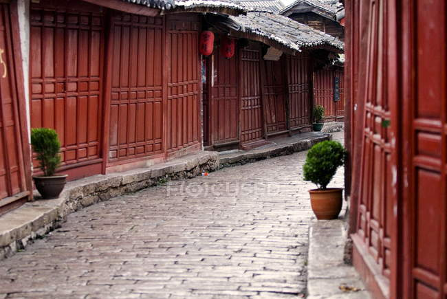 Morning cobbled street in Lijiang — Stock Photo