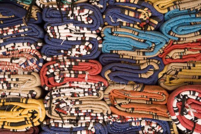 Traditionelle Teppiche gerollt — Stockfoto