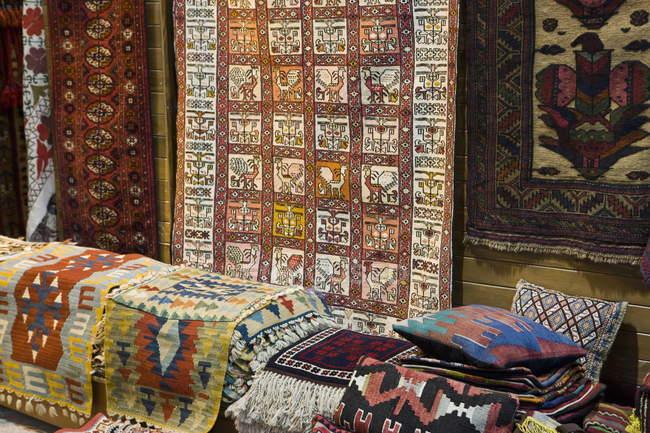 Traditionelle Teppiche zum Verkauf im großen Basar — Stockfoto