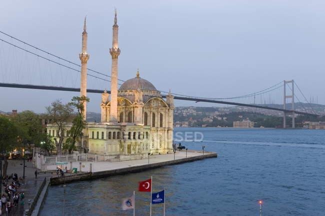 Pont du Bosphore et la mosquée Ortaköy Camii — Photo de stock