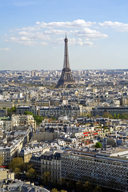City with Eiffel Tower in distance — Stock Photo