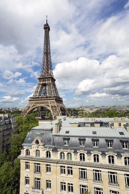 Город с Эйфелевой башни в расстоянии — стоковое фото