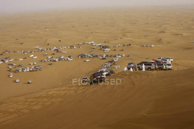 Люди на сафари в пустыне — стоковое фото
