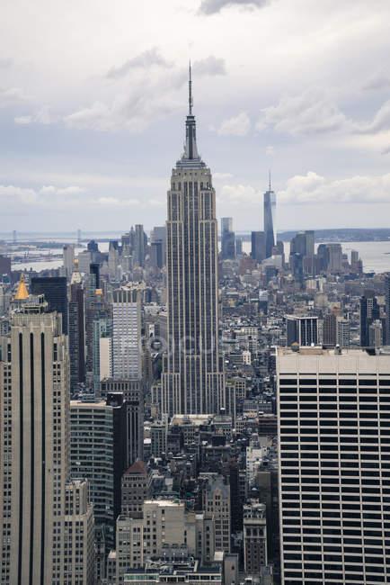 Empire State Building and Manhattan skyline — Stock Photo