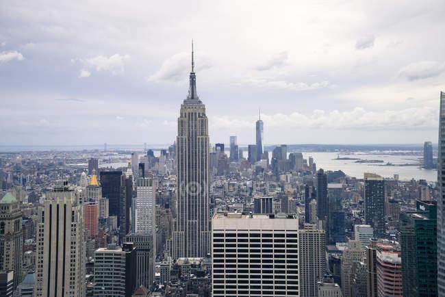 Empire State Building y Manhattan skyline - foto de stock