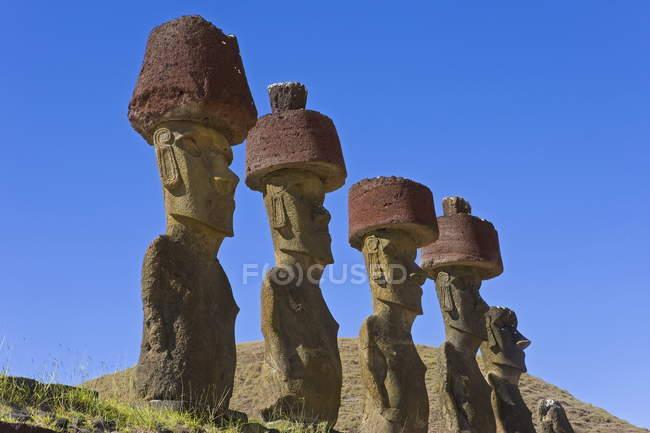 Riesigen steinernen Moai Statuen — Stockfoto