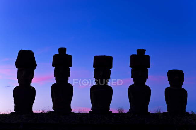 Statues géantes de Pierre Moai — Photo de stock