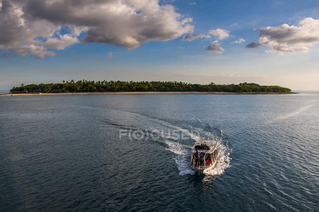 Piccola barca con isola di là — Foto stock
