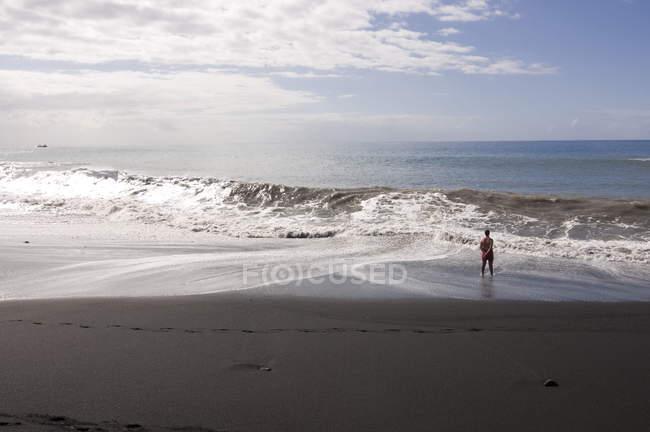 Man watching ocean at Puerto de Tazacorte — Stock Photo