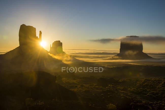 Долина монументов на рассвете — стоковое фото