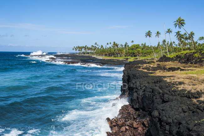 Rocky coast of Savaii — Stock Photo