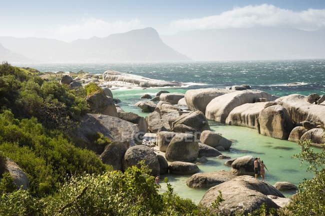 Zweiten Strand bei Flut mit Felsbrocken sichtbar — Stockfoto