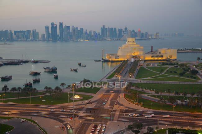 Distrito de East Bay ao entardecer, Doha — Fotografia de Stock