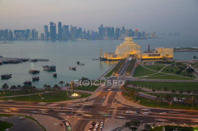 East Bay району в сутінках, Doha — стокове фото
