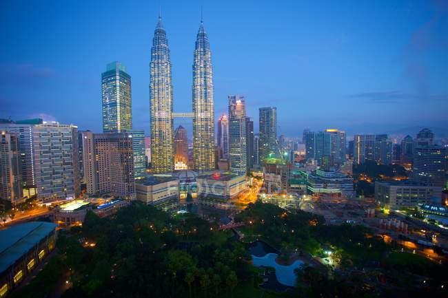 Torres Petronas de noche - foto de stock