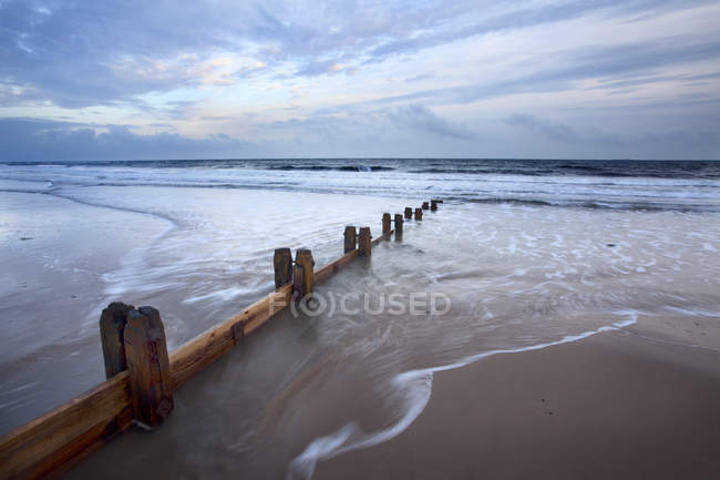 Groynes and receding tide on Alnmouth Beach — Stock Photo