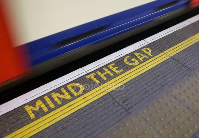 Mind The Gap Zeichen auf Plattform — Stockfoto