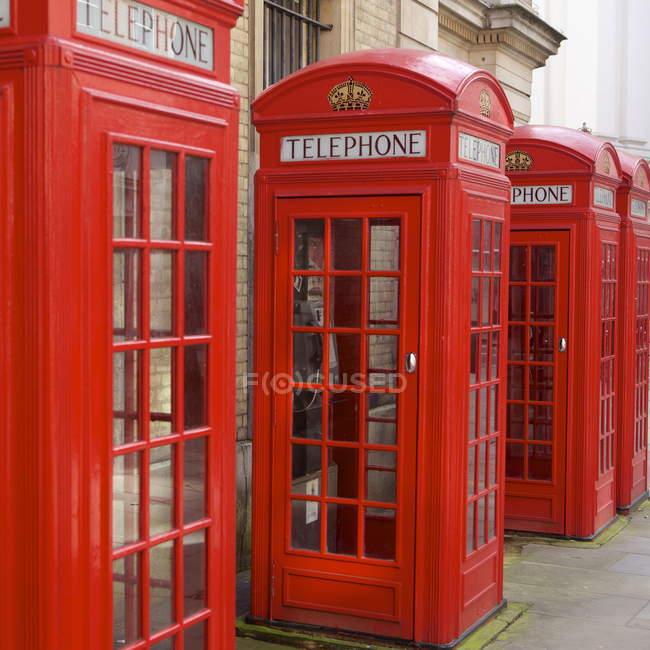 Fila di cabine telefoniche rosse — Foto stock