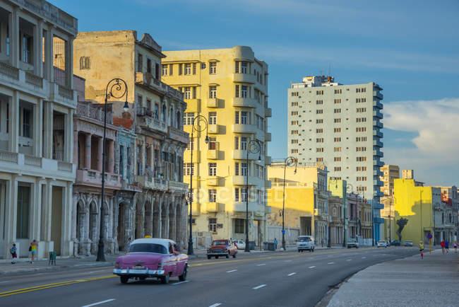 Strada di Malecon, con edifici — Foto stock
