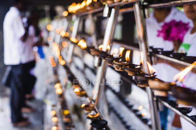 Gebet-Kerzen in großen Kloster — Stockfoto