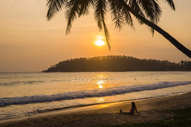 Woman sitting on Mirissa Beach — Stock Photo