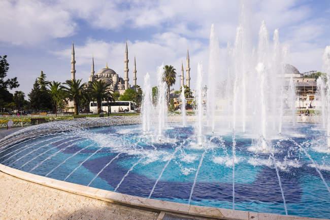 Blaue Moschee und Brunnen — Stockfoto