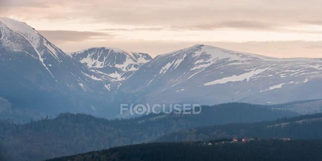 Karpaten bei Ranca bei Sonnenaufgang — Stockfoto