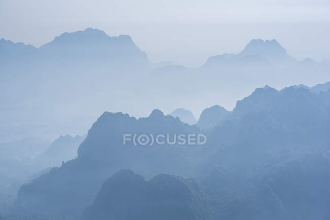 Nebligen Kalkstein Karst Gebirgslandschaft bei Sonnenaufgang — Stockfoto