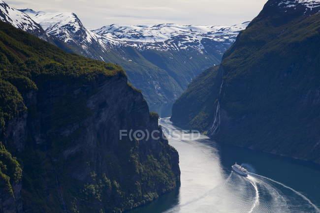 Vue aérienne du bateau de croisière sur le Fjord — Photo de stock