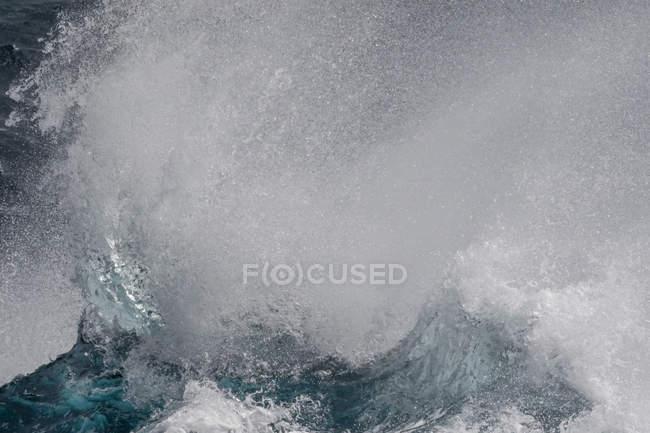 Haute mer brisant dans le détroit anglais — Photo de stock