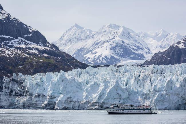Nave turistica Esplora Lamplugh Glacier — Foto stock
