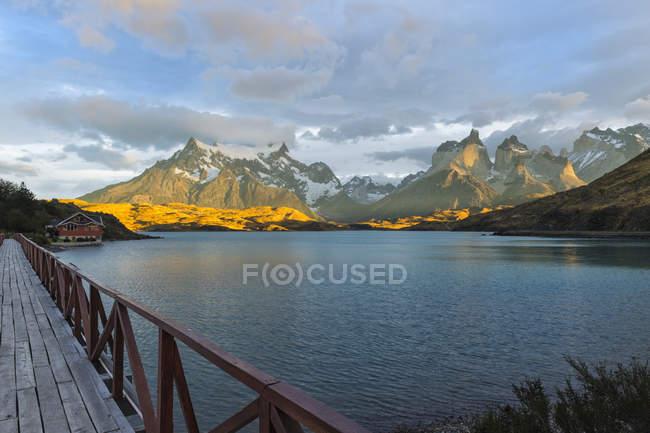 Nascer do sol sobre Cuernos del Paine e Lago Pehoe — Fotografia de Stock
