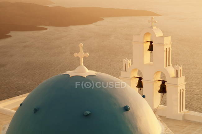 Kirche mit blauer Kuppel bei Sonnenuntergang — Stockfoto