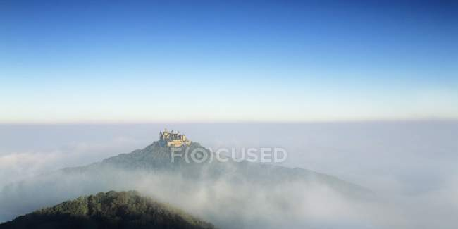 Burg Hohenzollern im Morgennebel — Stockfoto