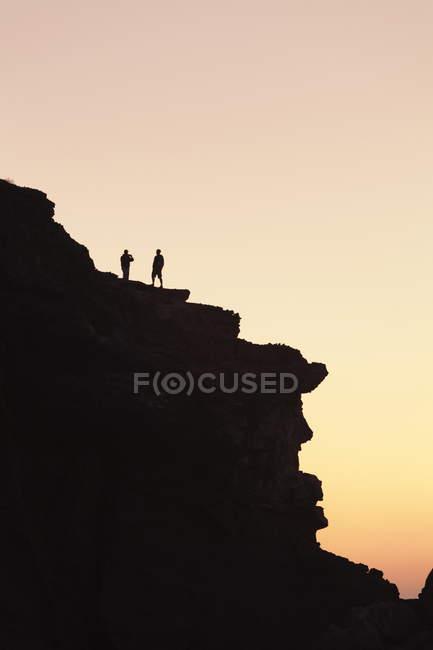 Люди на скелі в Playa de la парних — стокове фото