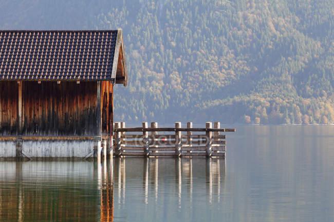 Лодка дом на берегу озера Вальхензее — стоковое фото