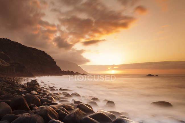Küste in der Nähe von Los Llanillos bei Sonnenuntergang — Stockfoto