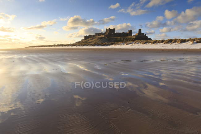 Bamburgh Castle with snow on Bamburgh Beach — Stock Photo