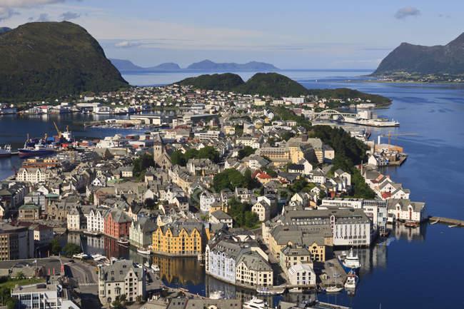 Vue depuis la colline Aksla sur Ålesund et eaux environnantes — Photo de stock