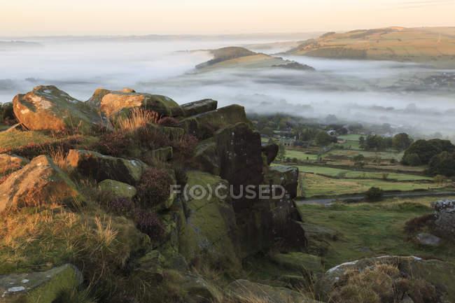 Nebel-Falten über Curbar Dorf — Stockfoto