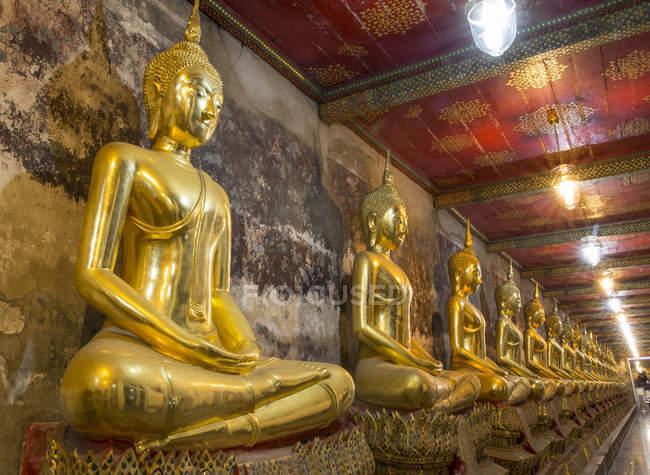 Righe d'oro statue di Buddha — Foto stock