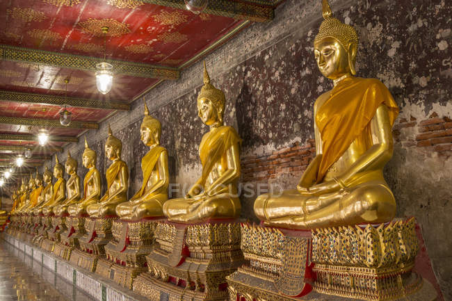 Rows of gold Buddha statues — Stock Photo
