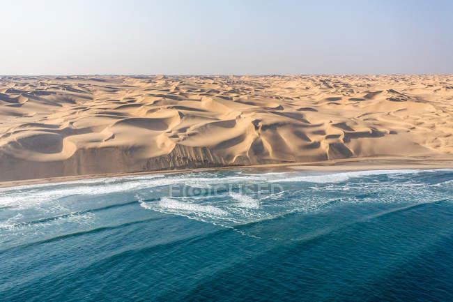 Вид из пустыни Намиб с краю Атлантического океана — стоковое фото