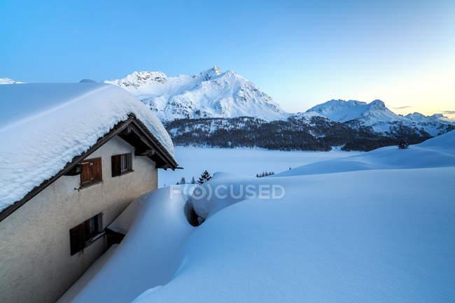Dispersa cabana coberta de neve — Fotografia de Stock