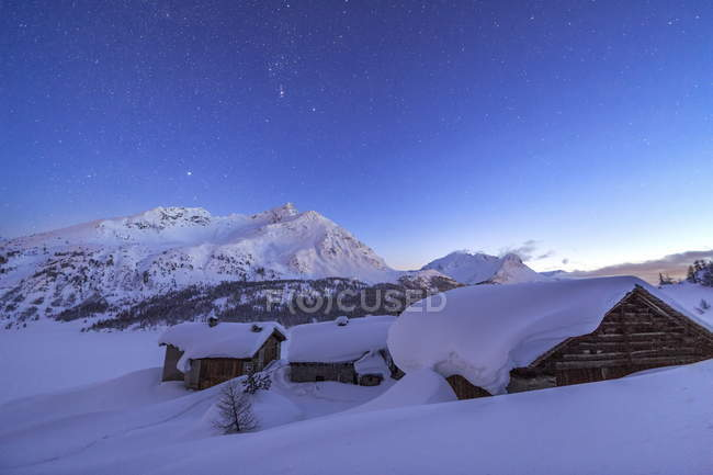 Noite estrelada, cobrindo Spluga cabanas — Fotografia de Stock