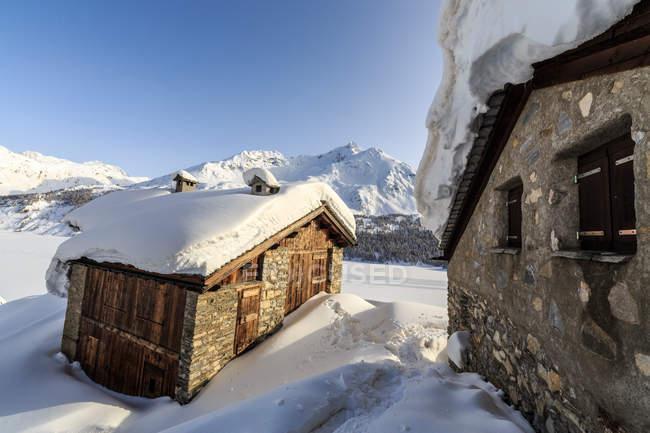 Cabanas cobertas de neve em Maloja Pass — Fotografia de Stock