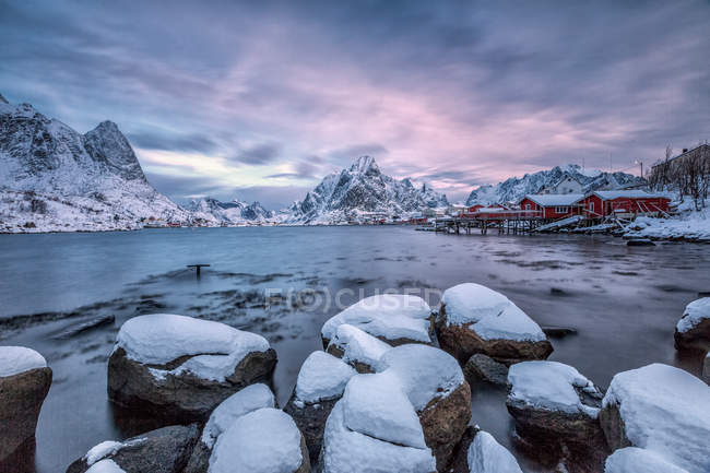 Picturesque sunrise in Bay of Reine — Stock Photo