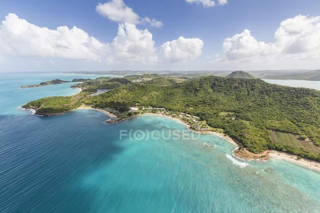 Frastagliata costa di Antigua piena di baie — Foto stock