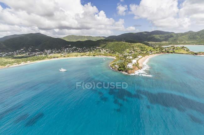 Zerklüftete Küste von Antigua Buchten voller — Stockfoto